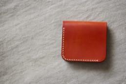 ハンドメイドのコンパクト革財布