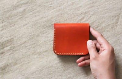 コンパクトな二つ折りの革財布