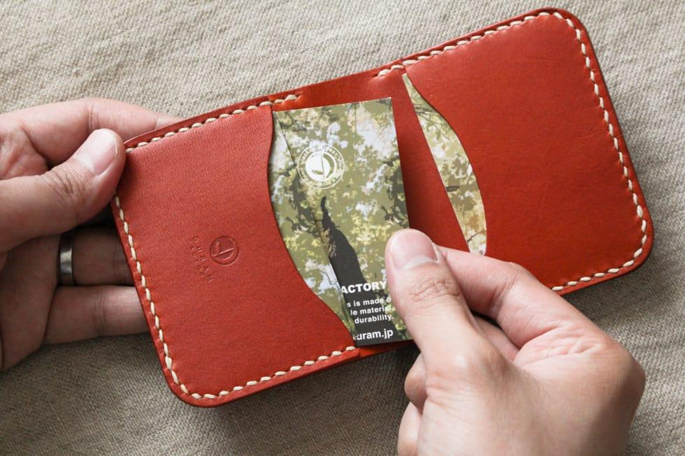 コンパクトな二つ折りの革財布03