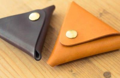 シンプルな三角の革の小銭入れ