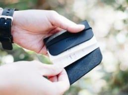 革のバンドカードケース