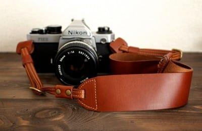 しなやかな革のカメラストラップ