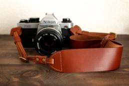 本革のSUAVEレザーカメラストラップ