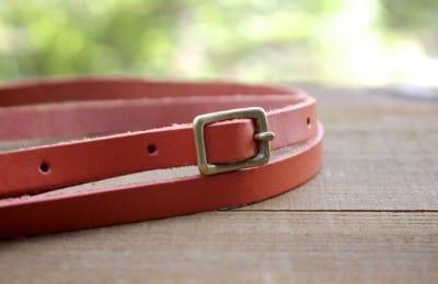 真鍮のバックル付き革製ストラップ