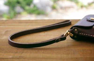 シンプルな革のストラップ
