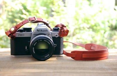 小さな肩当ての革製カメラストラップ