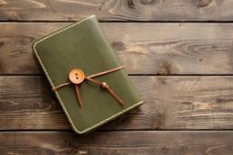 手縫いの革製ブックカバー