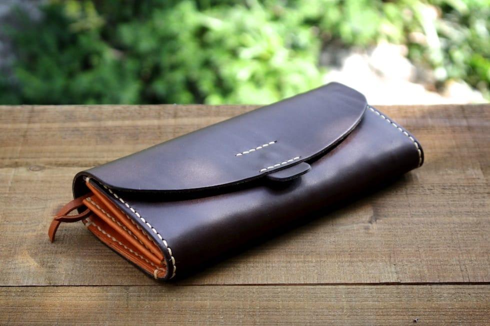 ハンドメイドの革の長財布