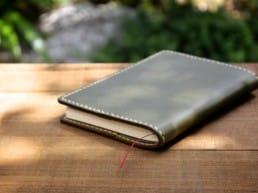 革の手帳カバー