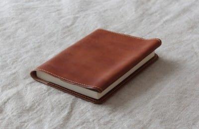 しなやかな革の文庫本カバー