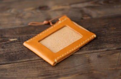 ナチュラルな革の手縫いパスケース