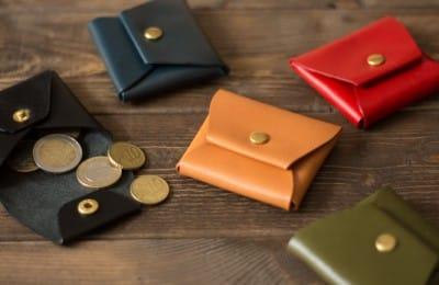 小さくシンプルな革の小銭入れ