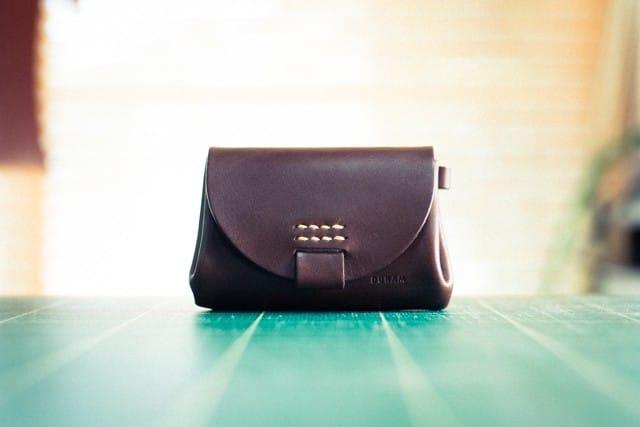 丸っこいデザインの革財布