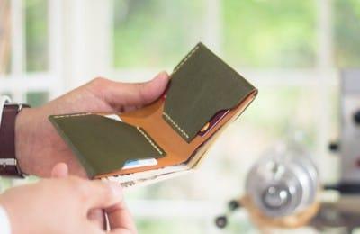 シンプルな手縫いの革財布