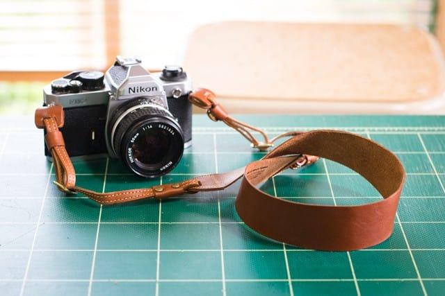 SUAVEな革のカメラストラップ