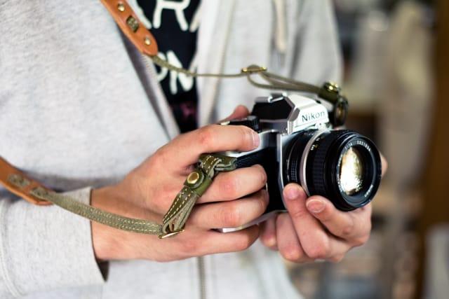 レザーカメラストラップの手元