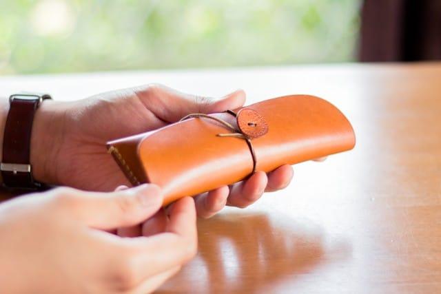 分厚い革のペンケース – 工房にある革小物