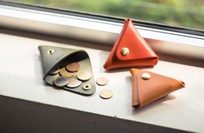 小さな三角形の革の小銭入れ