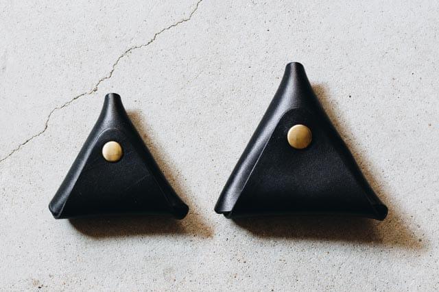 黒い革の三角コインケース
