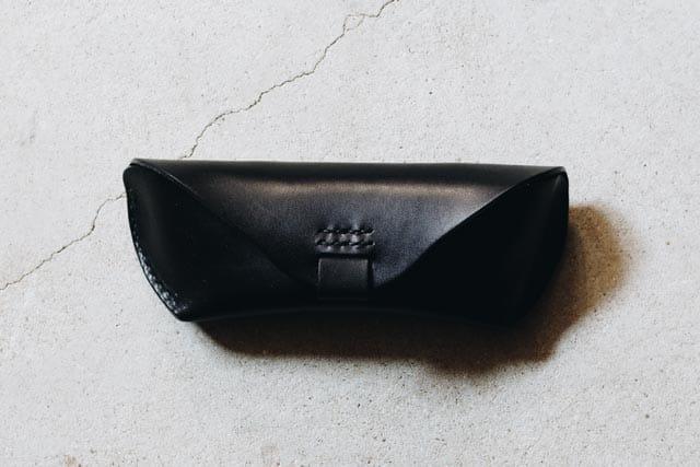 黒い革のメガネケース