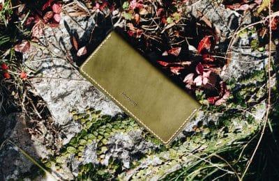 シンプルな二つ折り長財布