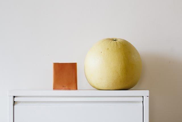 ライトブラウンの財布と晩白柚
